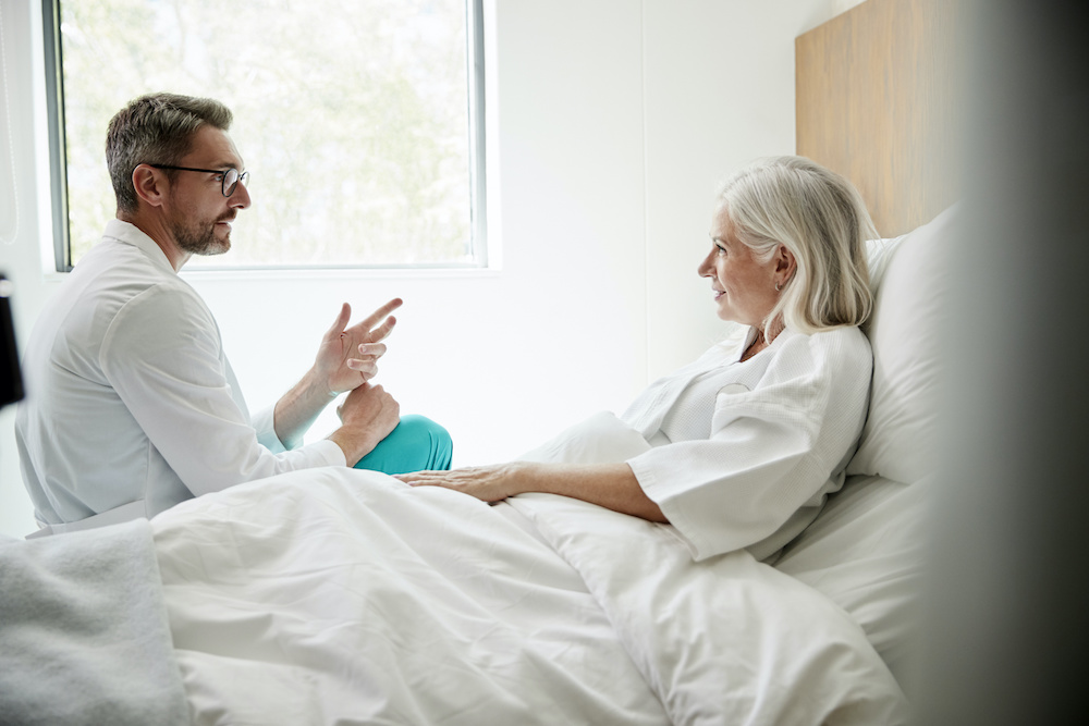doctor apologizing to his patient to avoid a medical malpractice claim
